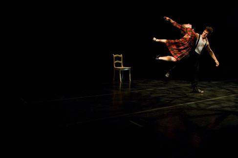 """""""Duo"""". Performance de dança. Direção: Biño Sautzvy (França). Sala Álvaro Moreira. Porto Alegre. 2011. Foto (Luciana Dariano, Biño Sauitzvy): Fernanda Chemalle"""