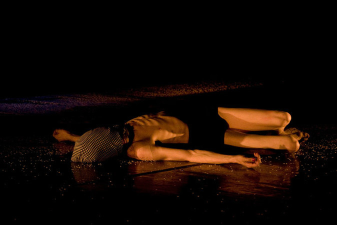 """""""Sissy"""". Performance de Nando Messias com direção de Biño Sauitzvy (Inglaterra). Sala Álvaro Moreira. 2011. Foto (Nando Messias): Júlio Appel"""