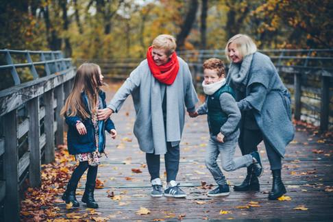 drei Generationen, Enkelkinder mit Großmutter Fotografie