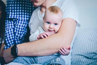 Baby in Papas Armen Fotografie