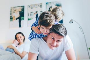 Kinder auf Papas Rücken