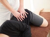 腰のマッサージを受ける女性.jpg