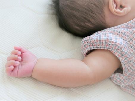 親の夜更かしと赤ちゃんの夜泣き