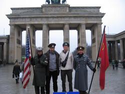 Philippe LAFON et Bruno GRANIER devant la porte de Brandenburg (Berlin).JPG