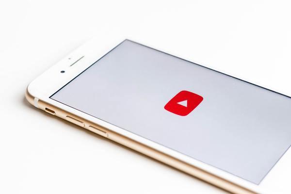 Tắt điện thoại hoặc log out khỏi mạng xã hội ưa thích của bạn