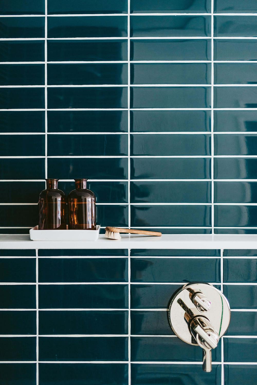 Using quartz for a shower niche and ledge
