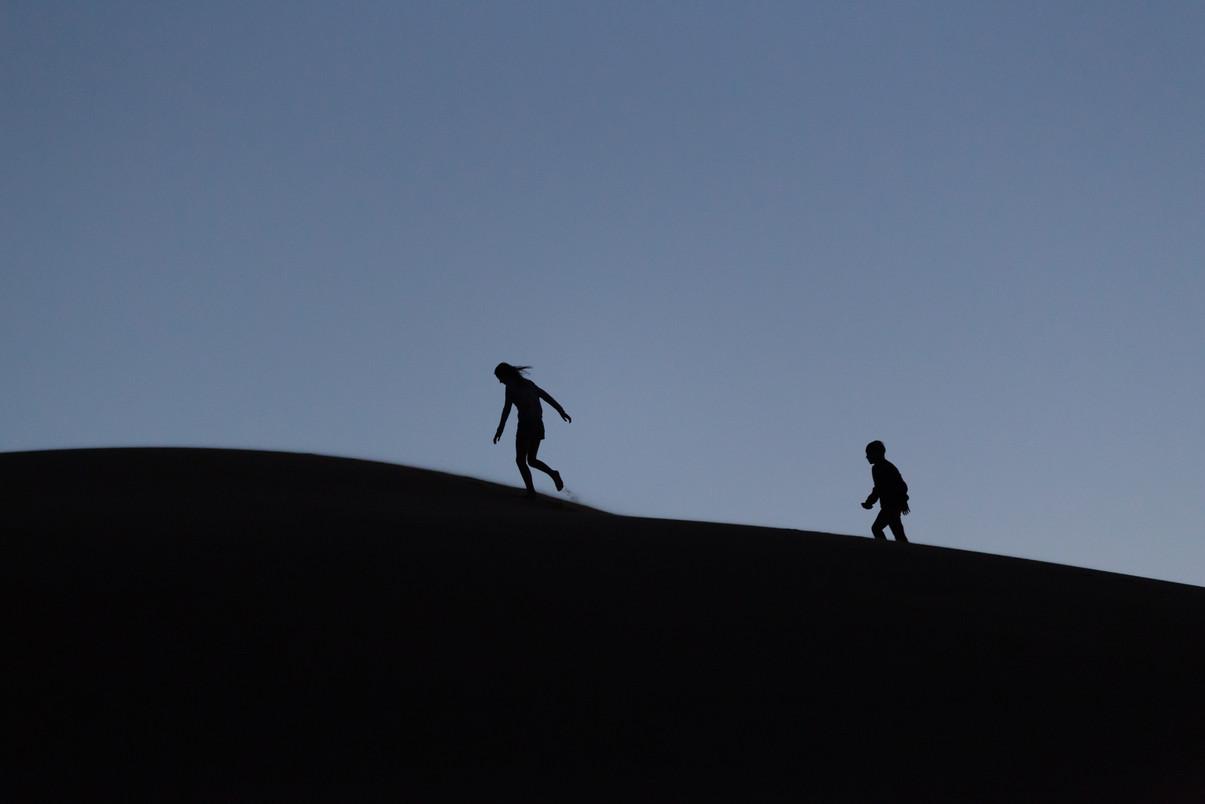 Kids playing on dunes - Afrika 2018