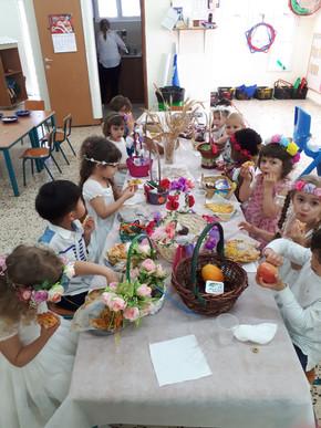 이스라엘 유치원의 오순절(샤부옷) 행사