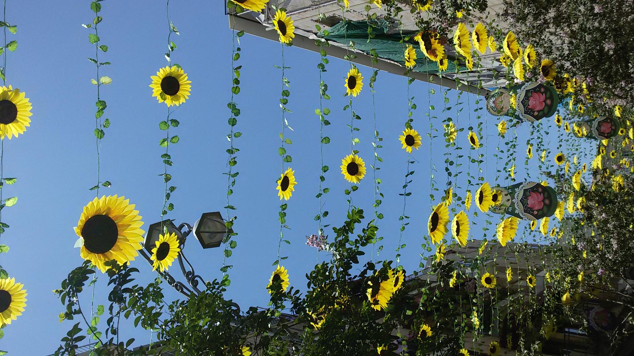 벤 예후다 골목 골목을 장식한 각 나라를 상징하는 장식물