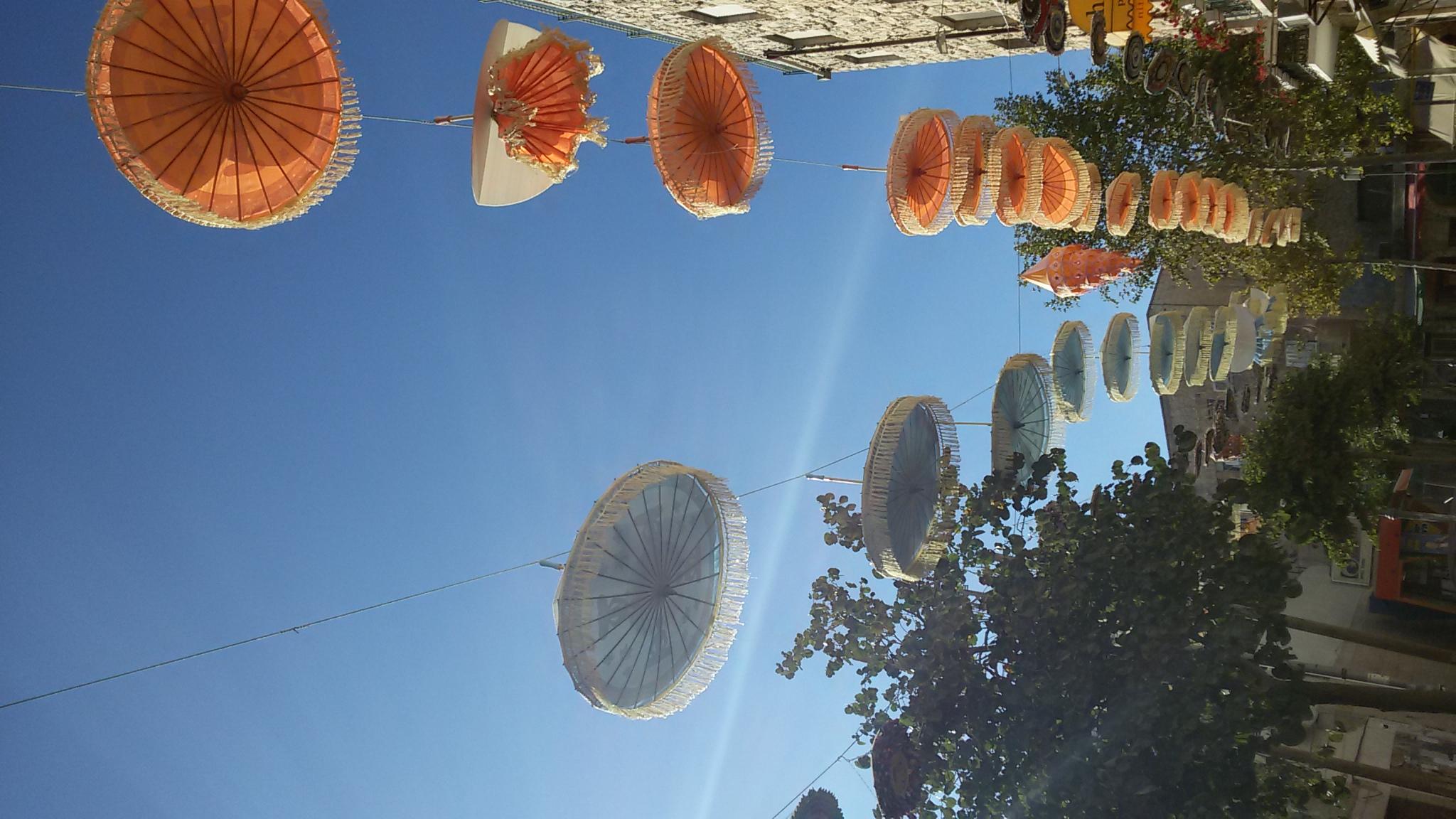 벤 예후다 골목 골목을 장식한 각 나라를 상징하는 장식물 들 중국