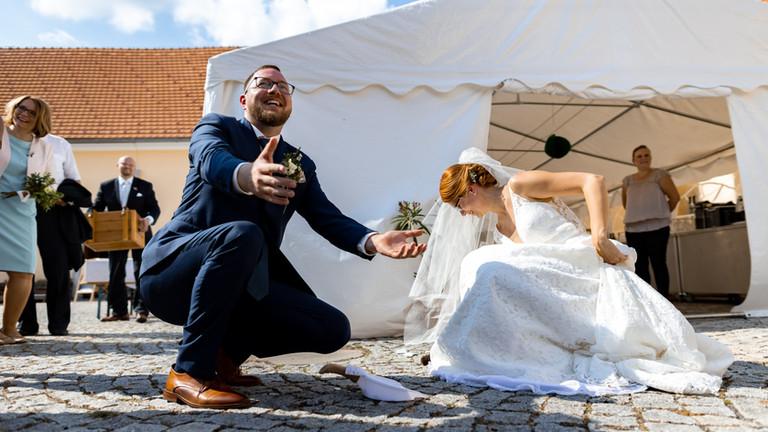 Radost novomanželů a náš party stan v pozadí