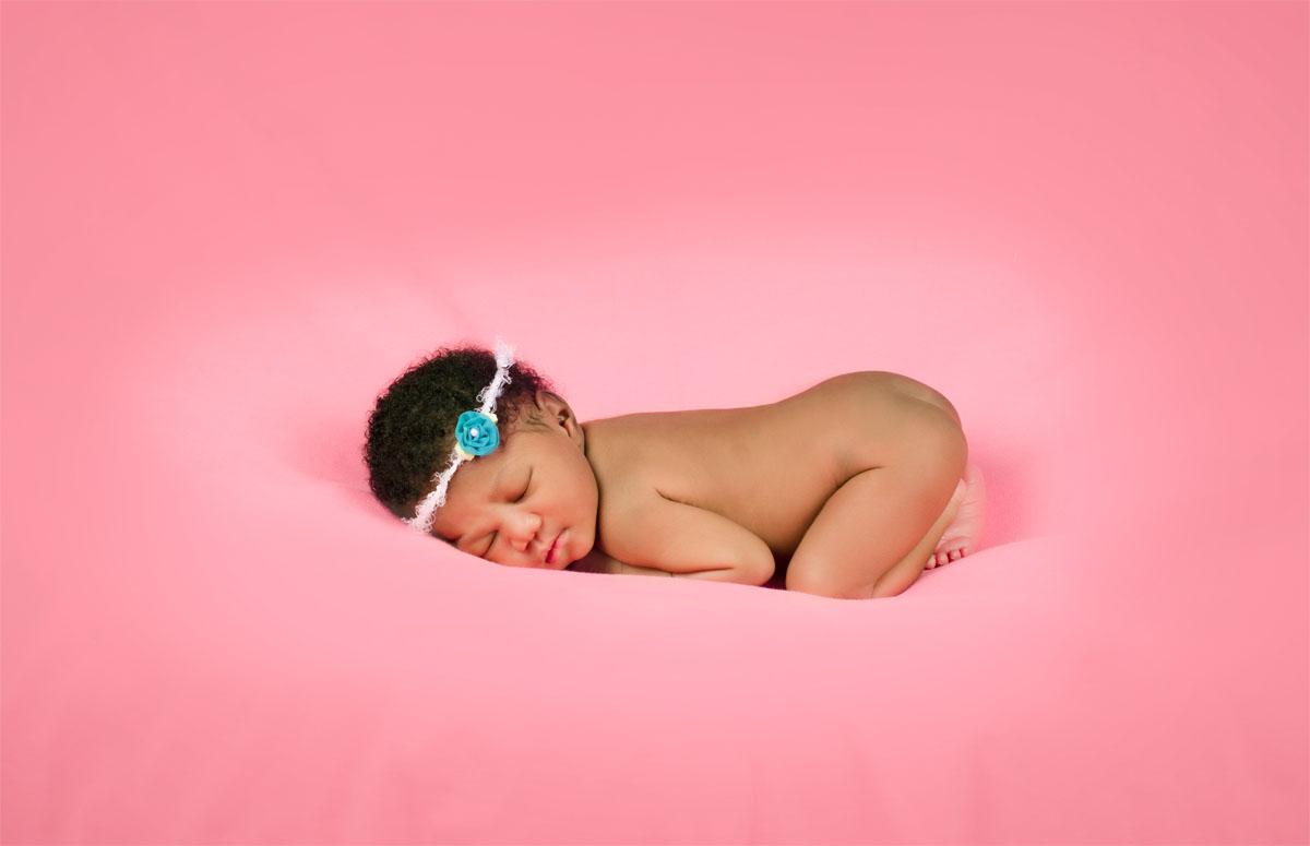bébé noir nu endormi sur ventre