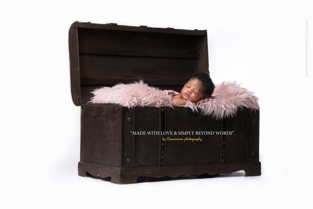bébé noir dort sur fourrure dans mal