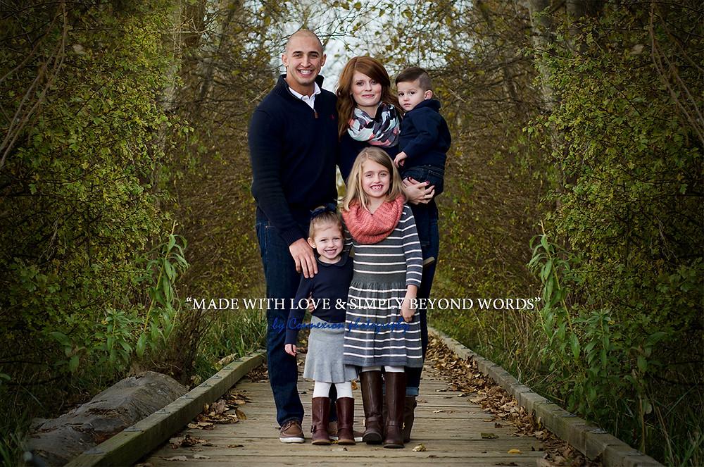 Famille de blancs debout dans un parc