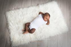 Enfant noir couché sur fourrure