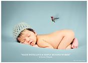 Oiseau sur bébé blanc endormi