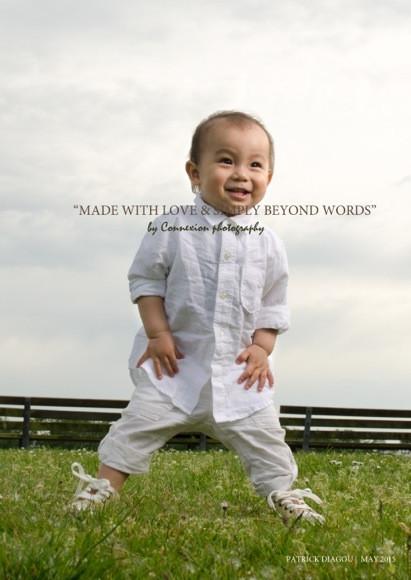 Enfant chinois souriant, debout dans un parc