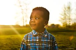 Enfant noir profil couché de soleil
