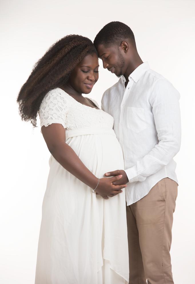 mari et femme enceinte noire debout front contre front