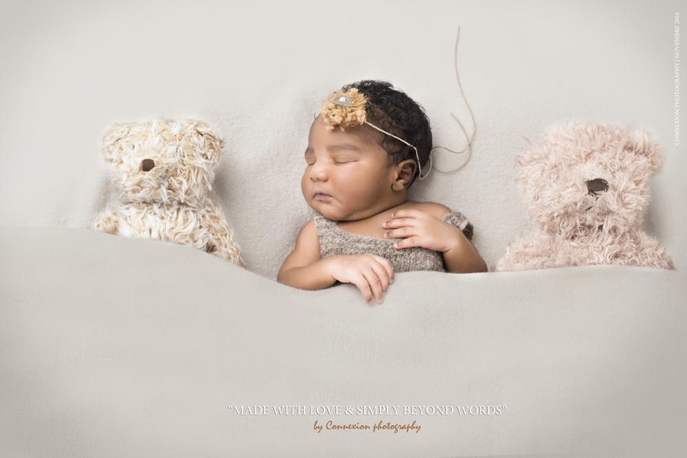 Nouveau-né noir dort avec peluches