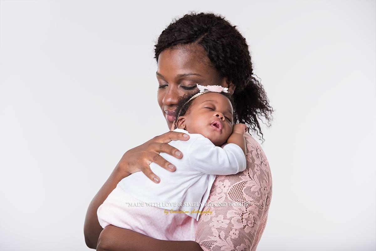 Famille noire maman et son bébé
