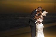 De nouveaux mariés africain s'embrassent au couché du soleil