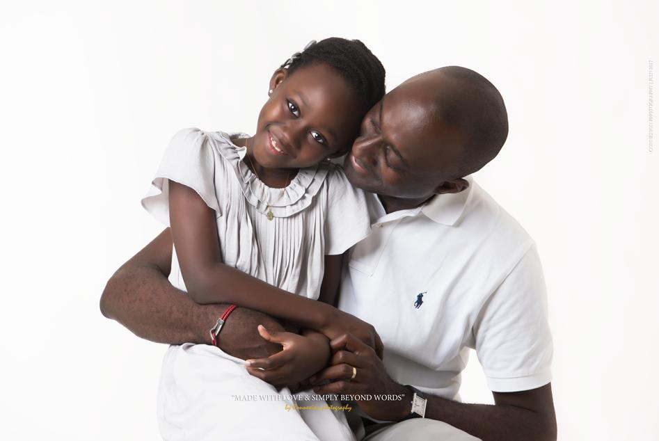 Papa et sa fille assise sur ses genoux