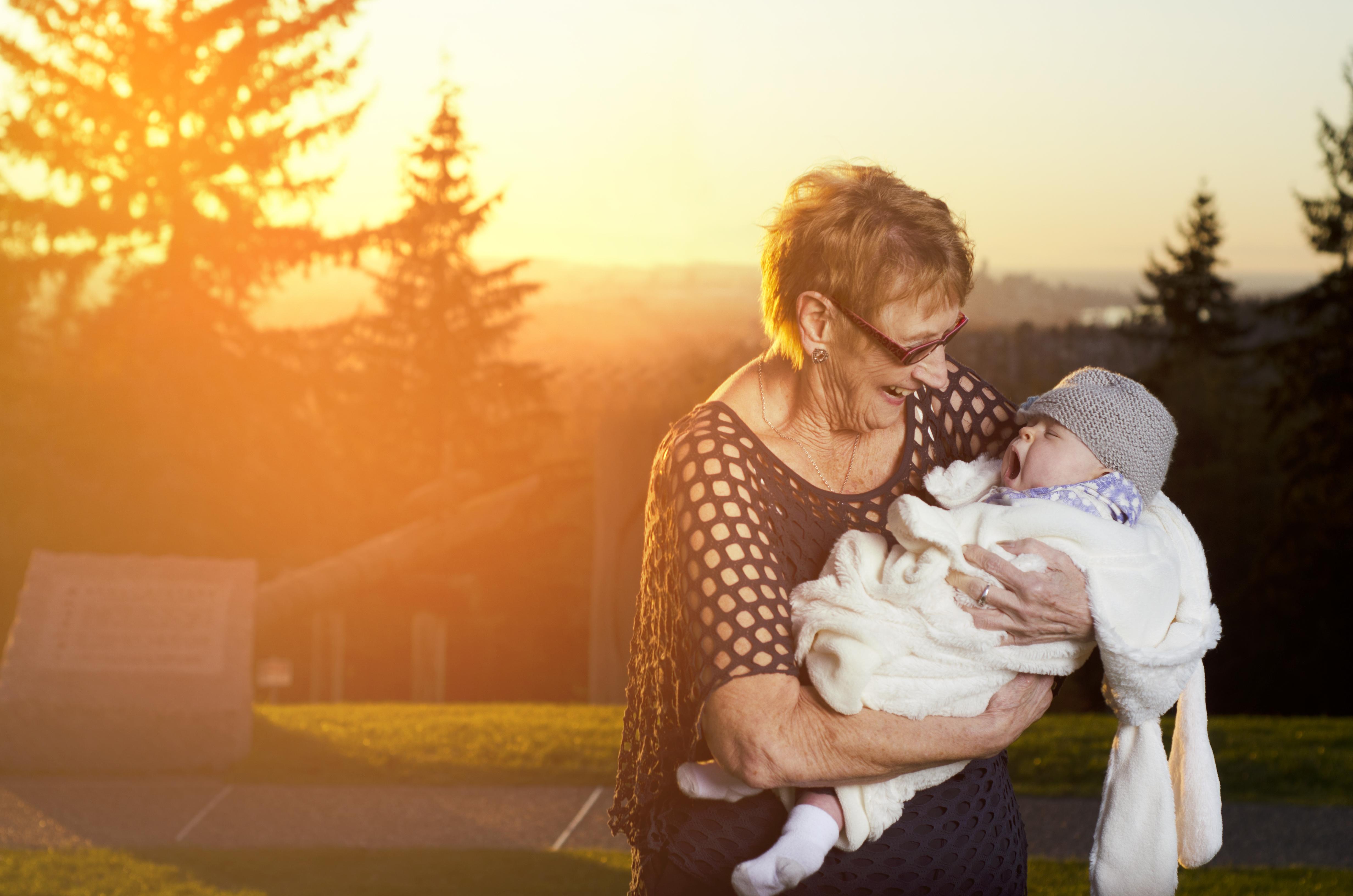 Grand-mère blanche et petit fils