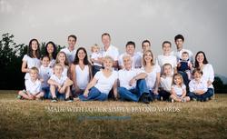 Famille blancs assis dans parc
