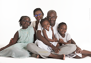Une famille de noirs assis sur un fond blanc