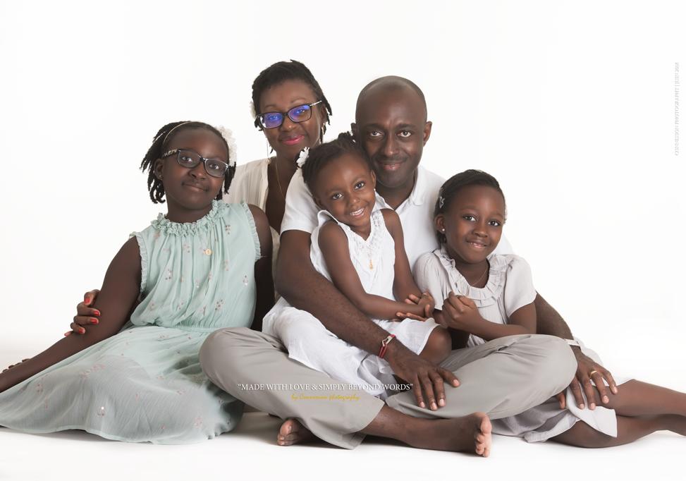 Famille noir assise sur fond blanc