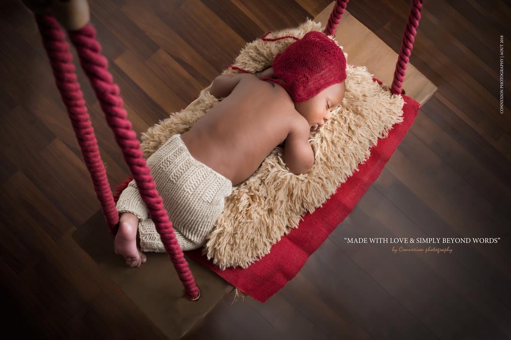 Mignon bébé noir dort sur balançoire