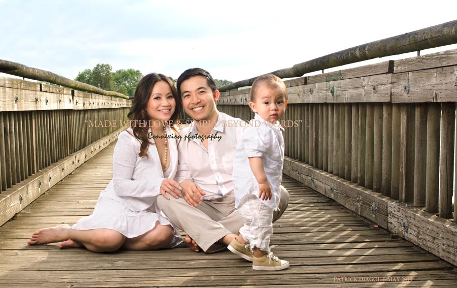 Famille papa maman enfant assis pont