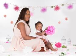 Famille maman et enfant noirs assis