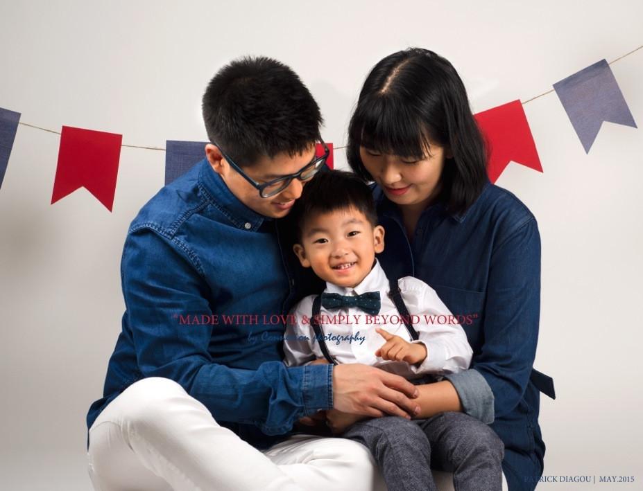 Famille asiatique papa et maman assis sur le sol, regardant leur enfant sur leurs pieds