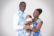 Couple de noirs debout tiennent leur bébé en main
