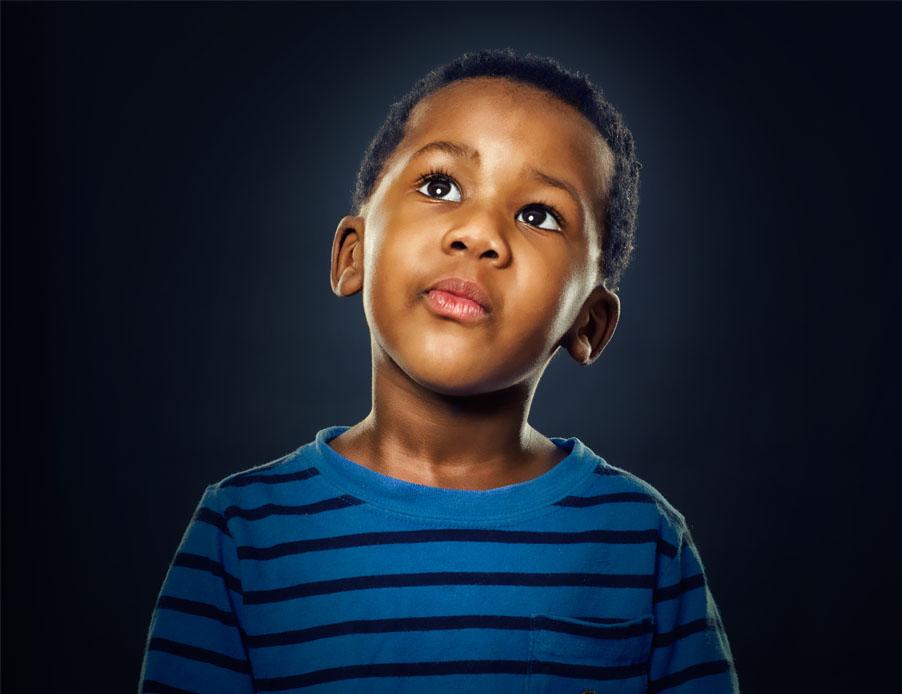 enfant noir regardant vers le haut
