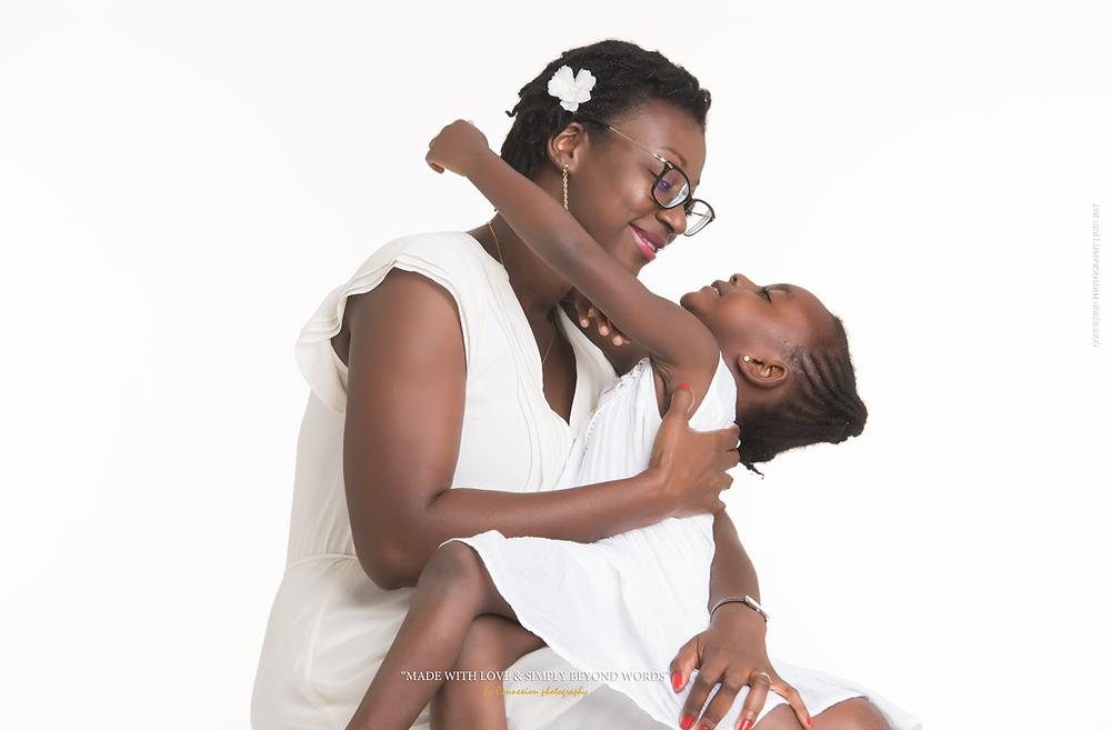 mère et fille assises noire sur fond blanc