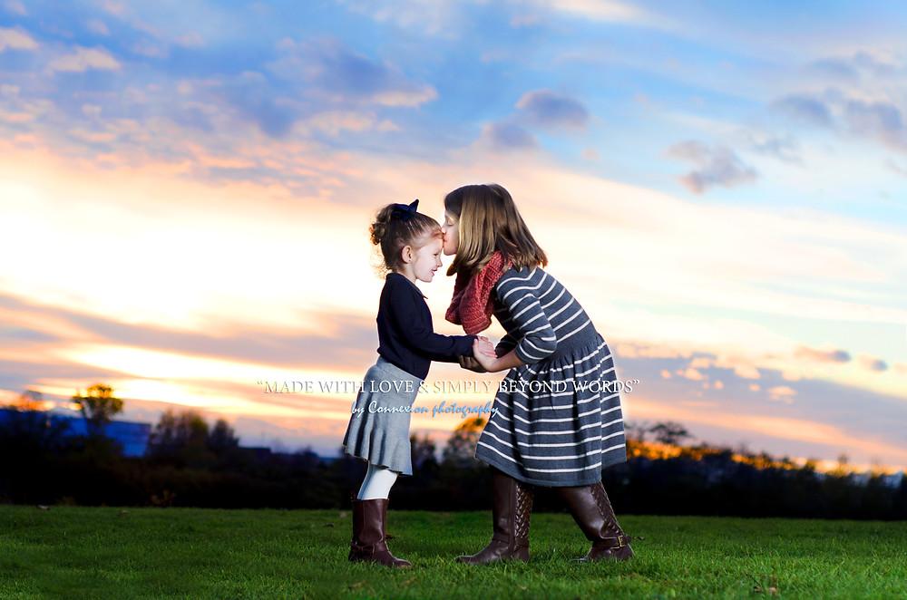 deux sœurs blanche dans un parc