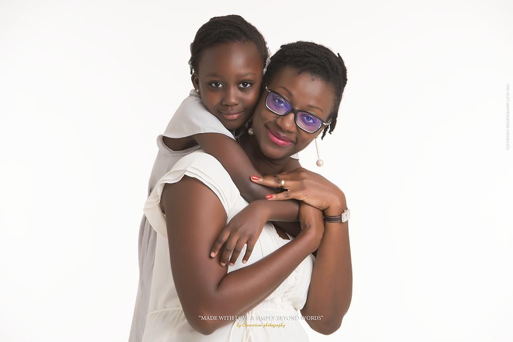mère et fille noire sur fond blanc