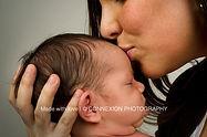 maman embrasse front bébé blanc
