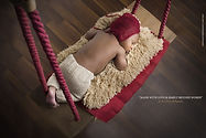 bébé couché sur une balançoire