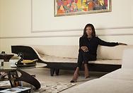 Belle dame vêtue de noir assise dans sur un canapé beige