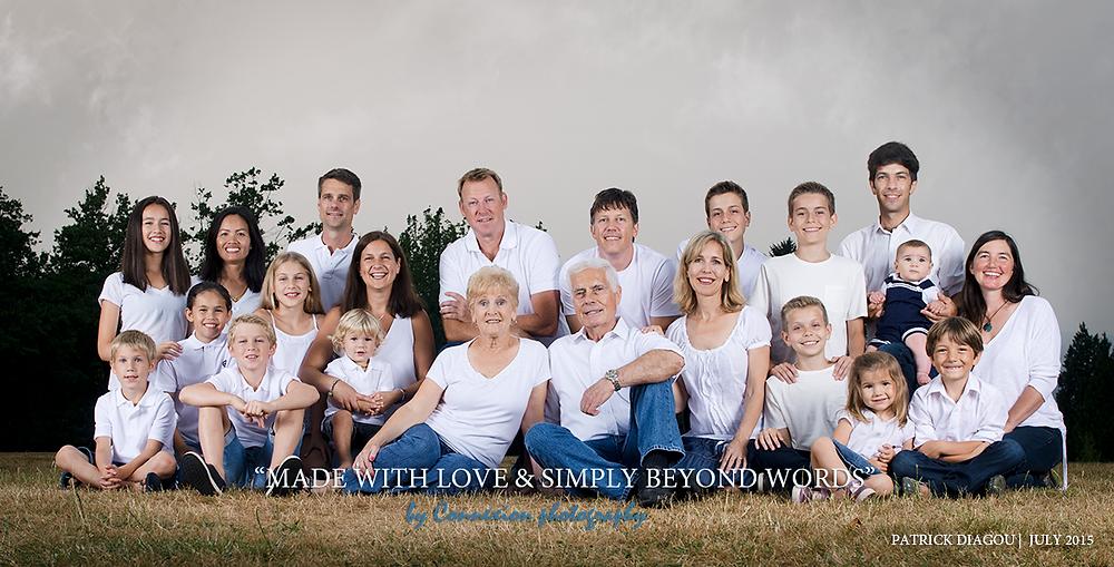 grande famille blanche tous assis à meme le sol dans un parc