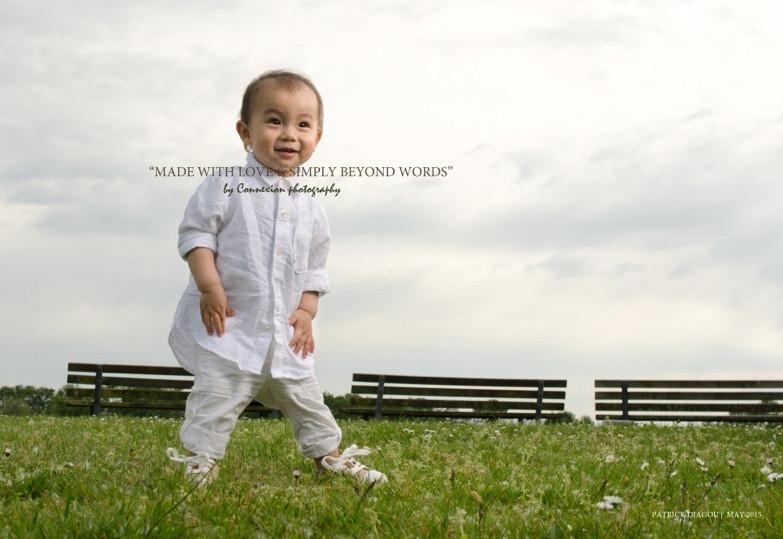Enfant chinois debout dans un parc