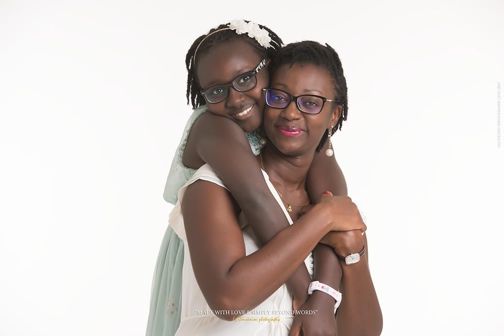 mère et fille debout noire sur fond blanc
