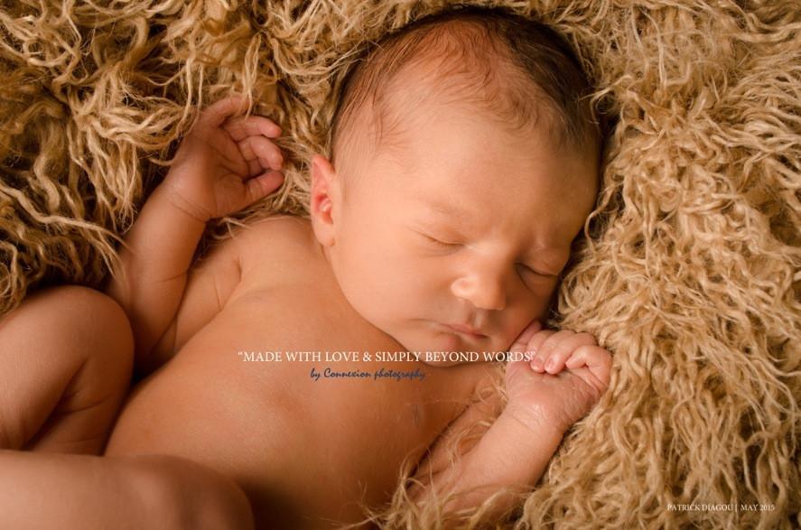 Bébé blanc nu dort sur le dos sur une fourrure beige