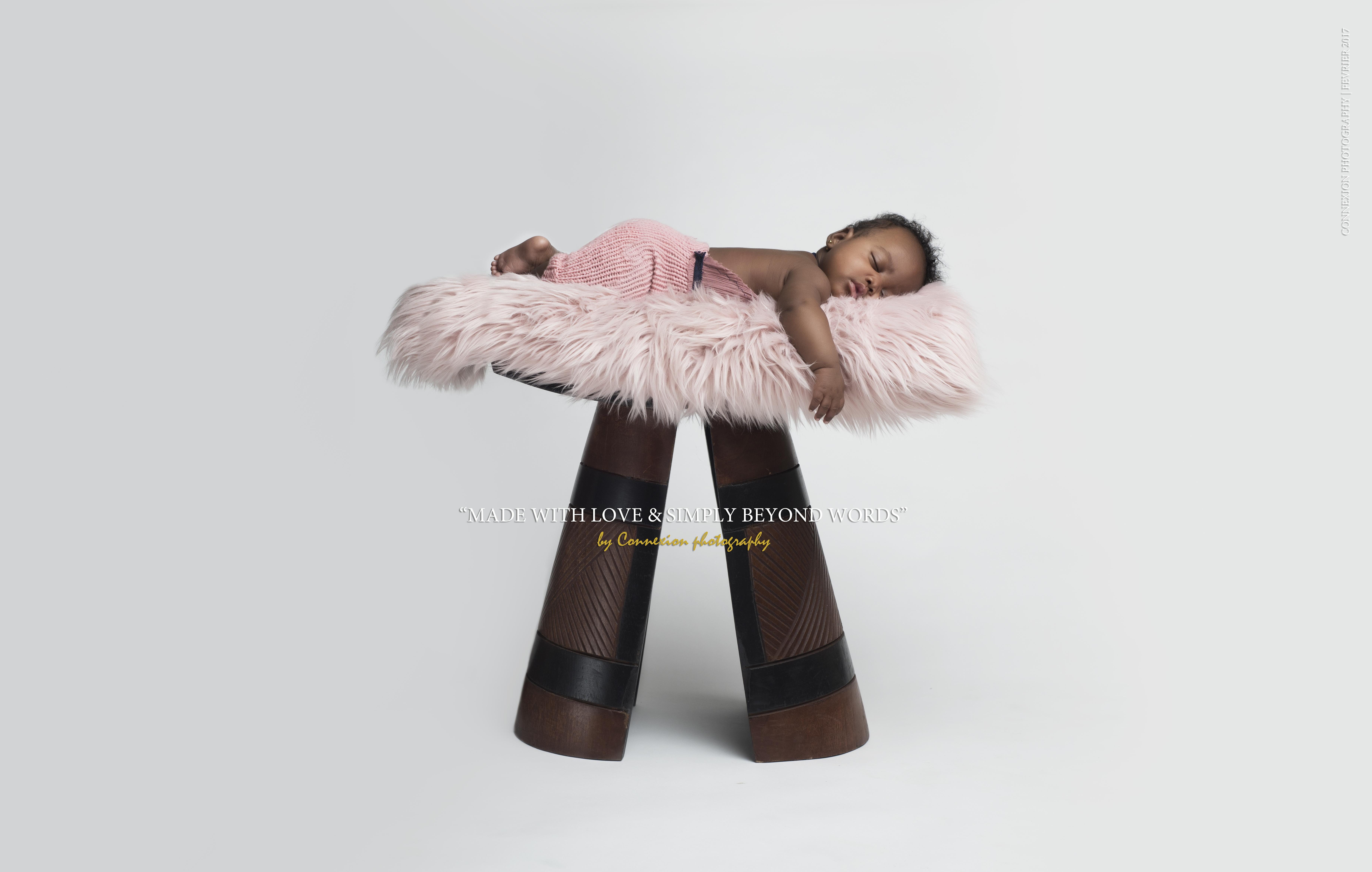 bébé noir dort sur tabouret