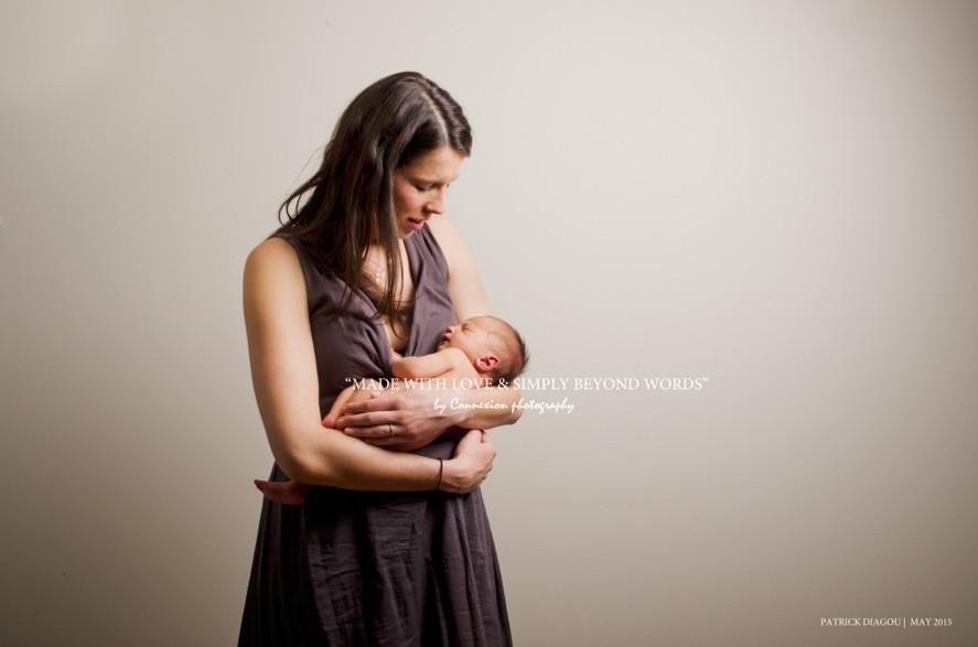 Maman blanche debout son bébé blanc nu dans les bras