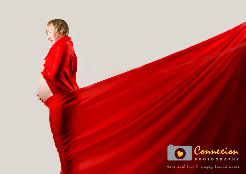Femme enceinte enroulé drap rouge